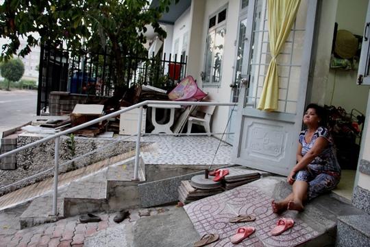 Nhiều hộ dân khác san bằng vỉa hè và dựng hàng rào làm chỗ để đồ đạc