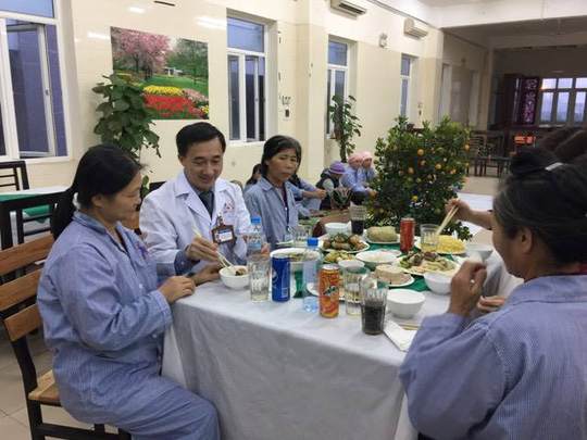 Giám đốc BV K Trung ương Trần Văn Thuấn (áo trắng) ăn bữa cơm truyền thống đón tết cùng những bệnh nhân phải ăn Tết BV
