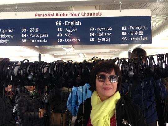 Một du khách Việt thích thú nhờ chụp lấy tấm bảng này để về khoe