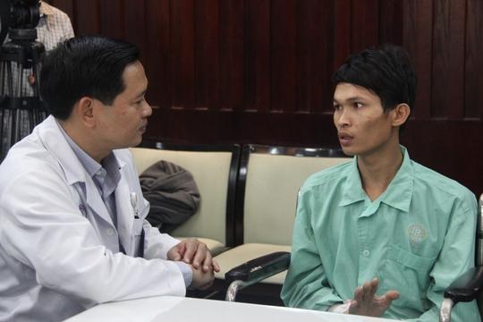 Người đàn ông trẻ vừa được các bác sĩ cứu sau khi can thiệp nội mạch ngăn chảy máu.