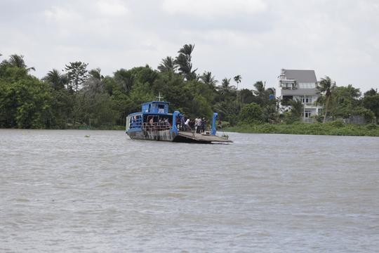 Tàu chở cát bị tông chìm dưới đáy sông Sài Gòn, mẹ và bé gái mất tích - Ảnh 1.