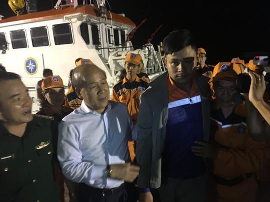 Thứ trưởng Bộ GTVT Nguyễn Văn Công thăm hỏi thuyền viên được cứu sống
