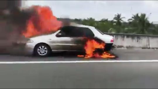 Chiếc xe bốc cháy trên đường cao tốc TP HCM- Trung Lương. Ảnh: Tuấn Anh