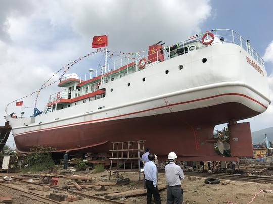 Hạ thủy tàu dịch vụ hậu cần nghề cá lớn nhất miền Trung - Ảnh 1.