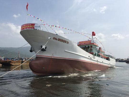 Hạ thủy tàu dịch vụ hậu cần nghề cá lớn nhất miền Trung - Ảnh 2.