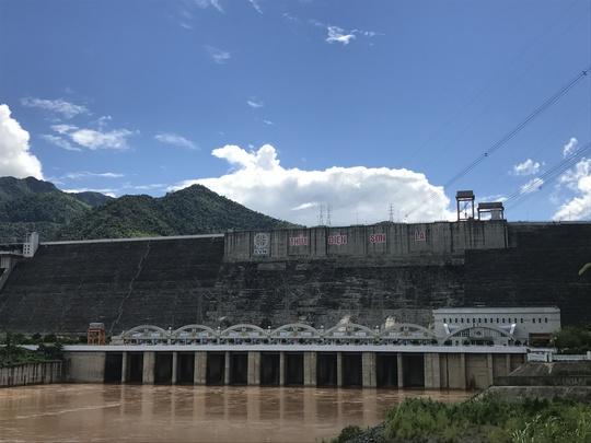 Lũ tràn về thủy điện Hòa Bình, thuỷ điện Sơn La dừng phát điện - Ảnh 1.