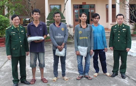 Giải cứu 4 người bị bán cho tàu cá - Ảnh 1.