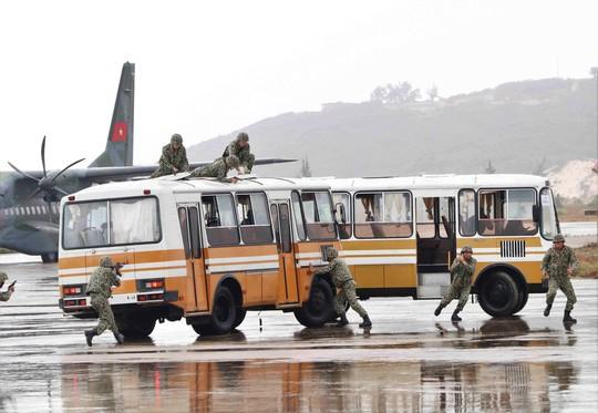 Xem diễn tập chống khủng bố cướp máy bay, uy hiếp con tin - Ảnh 4.