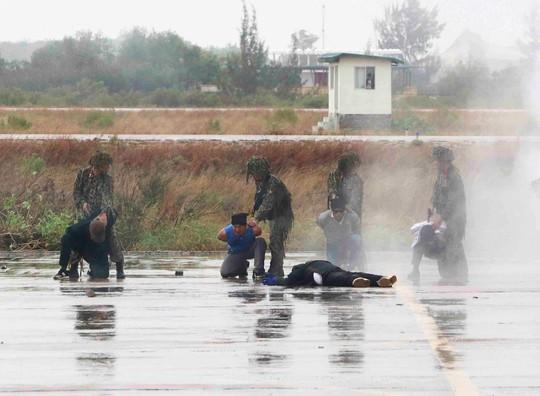 Xem diễn tập chống khủng bố cướp máy bay, uy hiếp con tin - Ảnh 3.