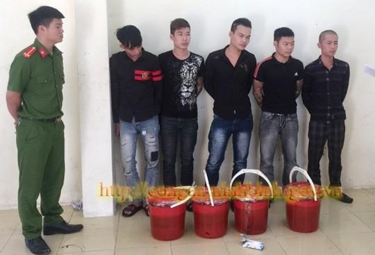 5 thanh niên xăm trổ nửa đêm mang chất bẩn đi đòi nợ 500 triệu đồng - Ảnh 1.