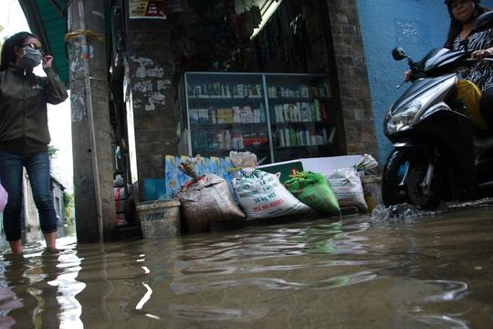 Cứu hẻm ngập 3 ngày liên tục chưa rút ở Sài Gòn - Ảnh 3.