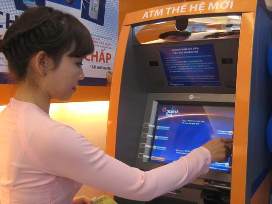 Chủ thẻ ATM có bị khống chế rút 5 triệu đồng/ngày? - Ảnh 1.