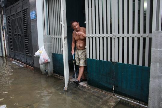 Cứu hẻm ngập 3 ngày liên tục chưa rút ở Sài Gòn - Ảnh 8.
