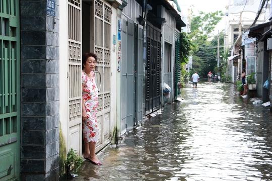 Cứu hẻm ngập 3 ngày liên tục chưa rút ở Sài Gòn - Ảnh 9.
