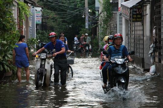 Cứu hẻm ngập 3 ngày liên tục chưa rút ở Sài Gòn - Ảnh 1.