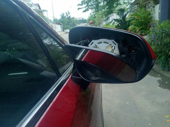 Một thanh niên vô cớ dùng mã tấu chém kính chiếu hậu hàng loạt ô tô - Ảnh 2.