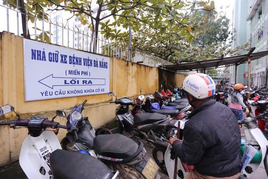 Đà Nẵng sẽ tính lại việc thu phí giữ xe ở bệnh viện - Ảnh 1.