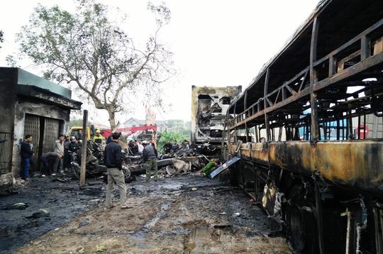 Hiện trường chiếc xe khách tông xe đầu kéo cháy trơ khung