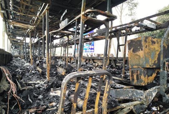 Chiếc xe khách gần như cháy rụi toàn bộ, rất may 6 hành khách và hàng hóa trên xe đã được đưa ra ngoài kịp thời
