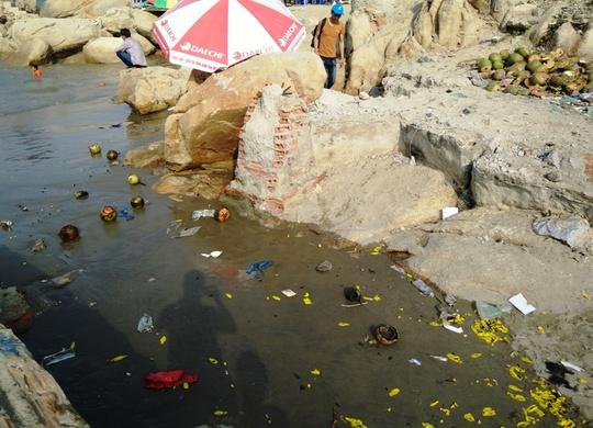 Vỏ dừa, túi bóng và nhiều loại rác thải được xả khắp nơi ở biển Sầm Sơn