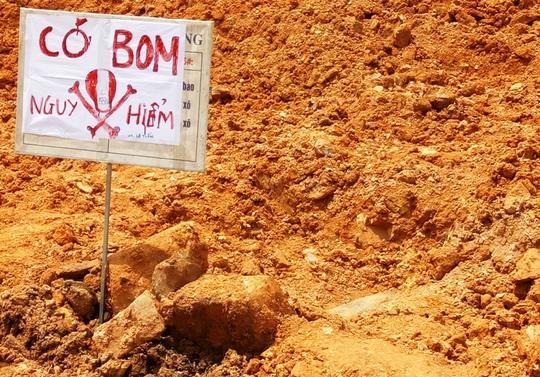 Đào đường, đụng phải 1 quả bom dài khoảng 1 m - Ảnh 1.