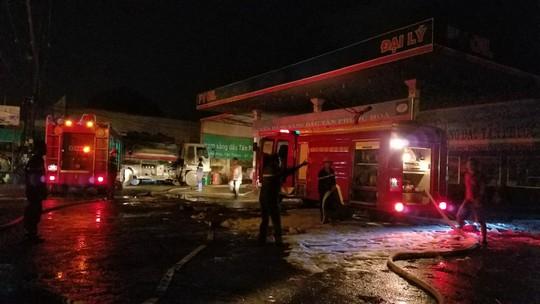 Hơn 1 giờ cứu cây xăng khỏi đám cháy trong đêm - Ảnh 3.