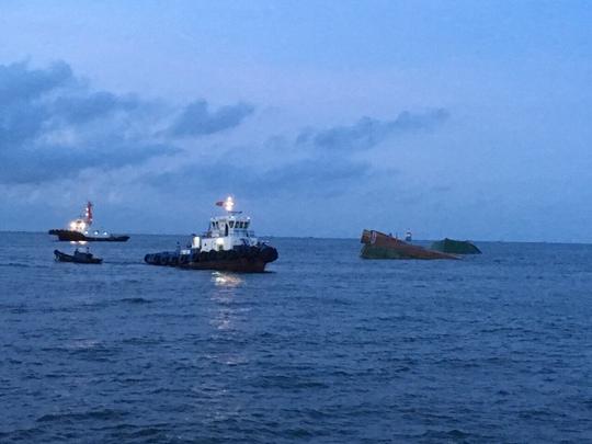 Va chạm với tàu nước ngoài, 8 người rơi xuống biển - Ảnh 1.
