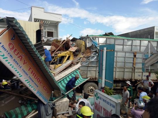Xe tải mất lái, tông sập 4 nhà dân - Ảnh 2.