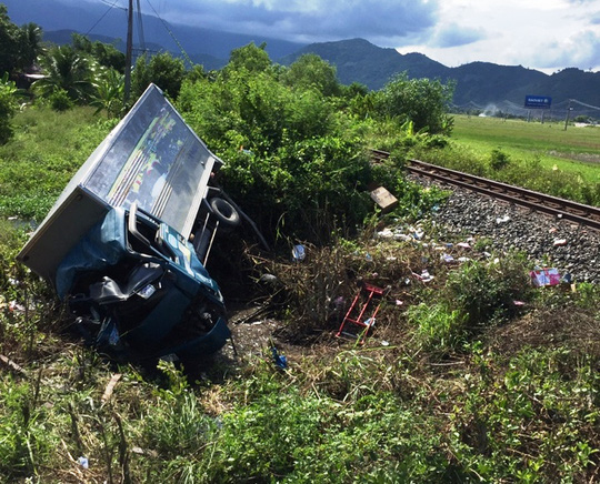 Tàu hỏa tông xe tải bẹp đầu, 1 người chết, 2 người nguy kịch - Ảnh 1.