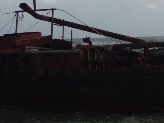 Tàu ma có ghi chữ Trung Quốc trôi vào bờ biển Quảng Nam - Ảnh 2.