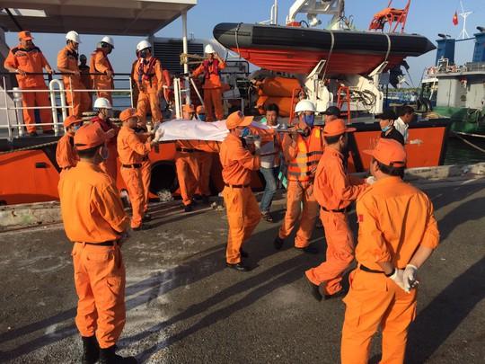 Đau lòng nhận xác 4 ngư dân bị chìm tàu - Ảnh 2.