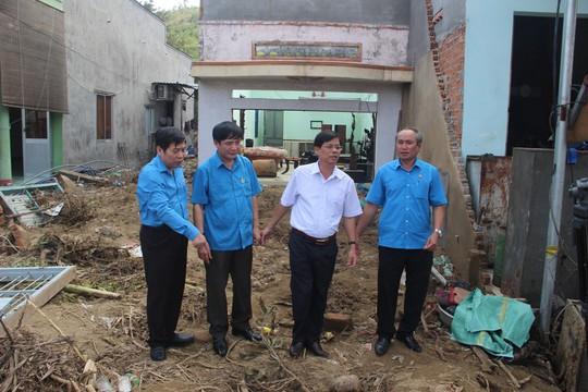 Công đoàn cả nước hướng về nạn nhân bão số 12 - Ảnh 1.