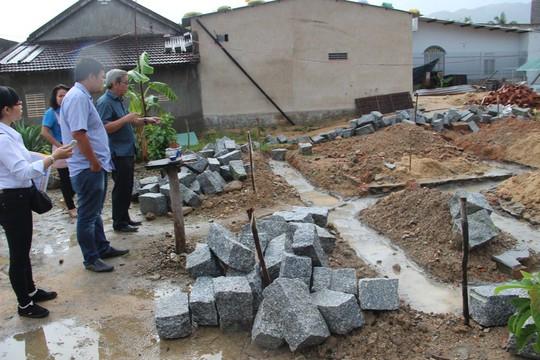 Báo Người Lao Động hỗ trợ công nhân Khánh Hòa tan hoang nhà cửa sau bão - Ảnh 1.