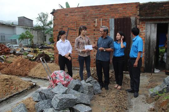 Báo Người Lao Động hỗ trợ công nhân Khánh Hòa tan hoang nhà cửa sau bão - Ảnh 4.