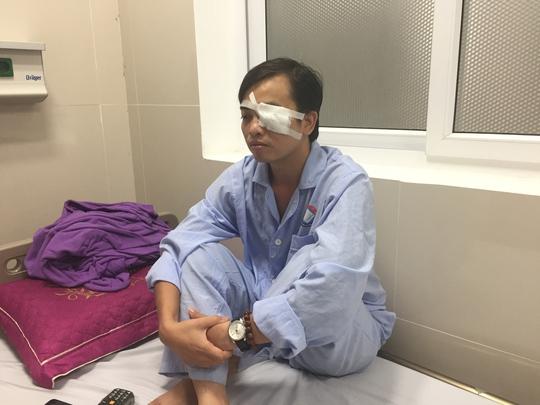 Nhóm bạn bệnh nhân đánh bác sĩ rách mắt tại khoa cấp cứu - Ảnh 1.