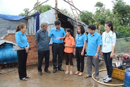 Báo Người Lao Động hỗ trợ công nhân Khánh Hòa tan hoang nhà cửa sau bão - Ảnh 6.