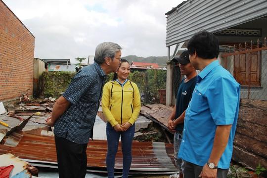Báo Người Lao Động hỗ trợ công nhân Khánh Hòa tan hoang nhà cửa sau bão - Ảnh 5.