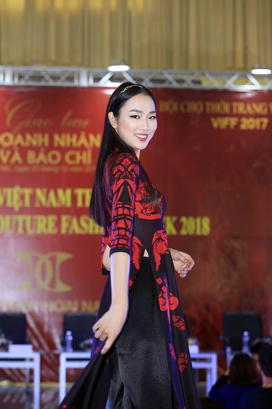 Áo dài Việt mở màn Paris Fashion Week - Haute Couture 2018 - Ảnh 1.
