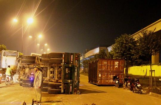 Kinh hãi xe đầu kéo lộn nhào trên xa lộ Hà Nội - Ảnh 1.