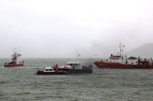 Diễn tập cứu nạn tàu khách cháy khiến 2 người bỏng nặng, 3 người trôi dạt - Ảnh 2.