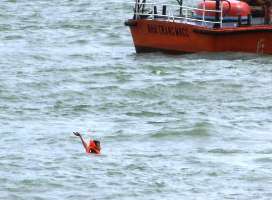 Diễn tập cứu nạn tàu khách cháy khiến 2 người bỏng nặng, 3 người trôi dạt - Ảnh 4.