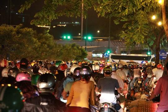 Kẹt xe dữ dội trên đường Phạm Văn Đồng tối cuối tuần - Ảnh 1.