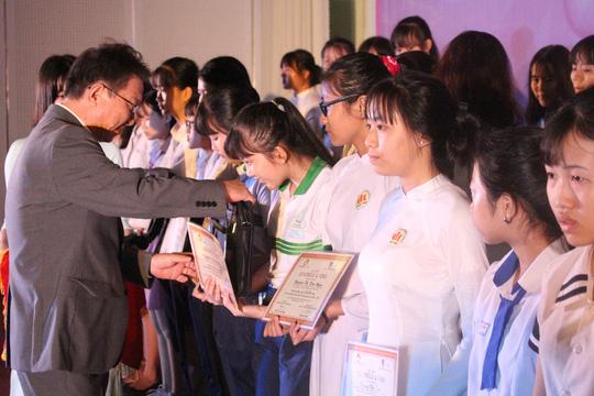 Trao tặng 400 suất học bổng cho học sinh Đồng Nai - Ảnh 2.