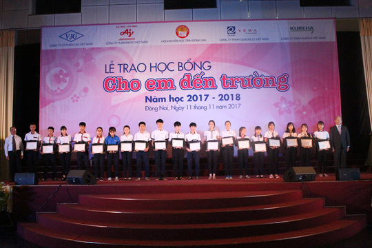 Trao tặng 400 suất học bổng cho học sinh Đồng Nai - Ảnh 3.