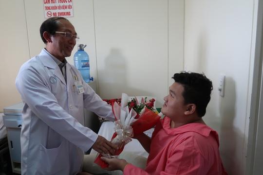 Cảm động người dân đến bệnh viện thăm chiến sĩ PCCC - Ảnh 2.