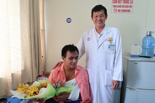 Cảm động người dân đến bệnh viện thăm chiến sĩ PCCC - Ảnh 3.