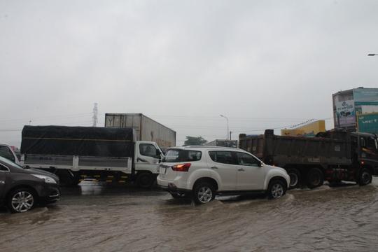 Mưa lớn, các xe ở TP Biên Hòa bơi trên sông - Ảnh 4.