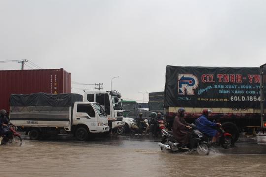Mưa lớn, các xe ở TP Biên Hòa bơi trên sông - Ảnh 2.