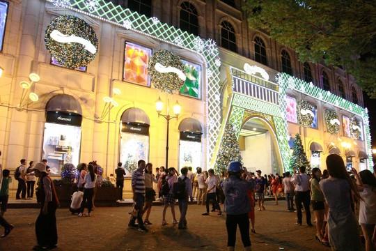 Sài Gòn rực rỡ trong biển người đêm Giáng sinh - Ảnh 1.