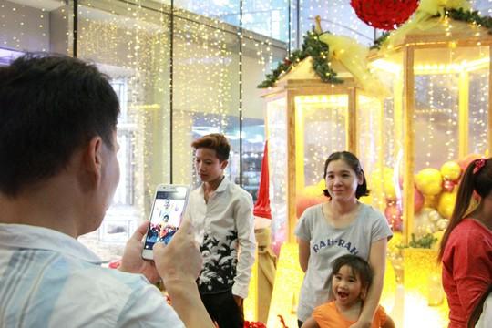 Sài Gòn rực rỡ trong biển người đêm Giáng sinh - Ảnh 9.